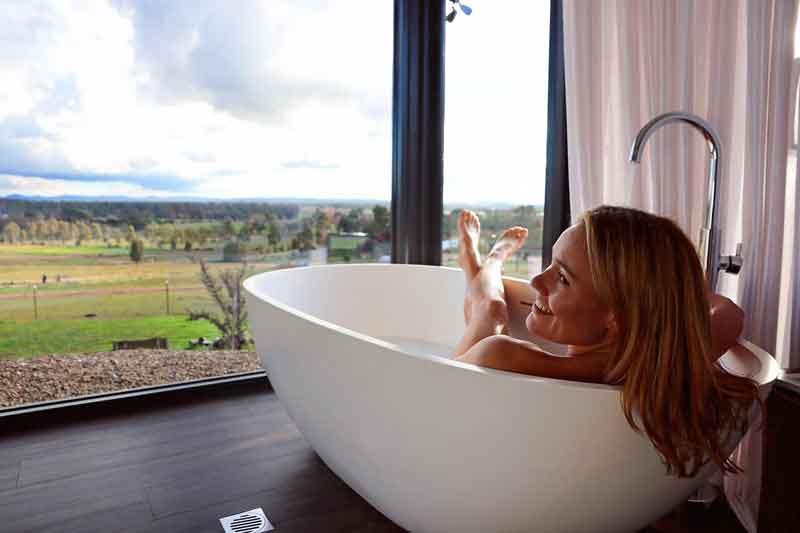 Belisi-Farmstay-Cottage-bathtub